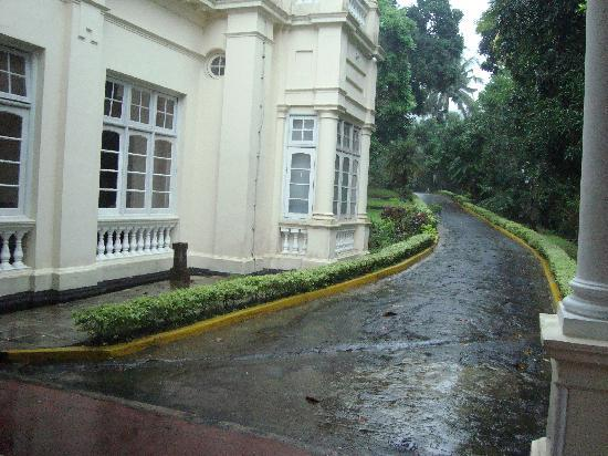 The Mansion : pathway to the main gate from lobby area