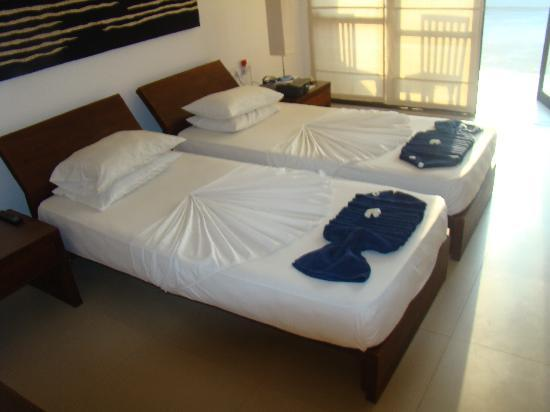 Hotel Goldi Sands: Bed making by the staff