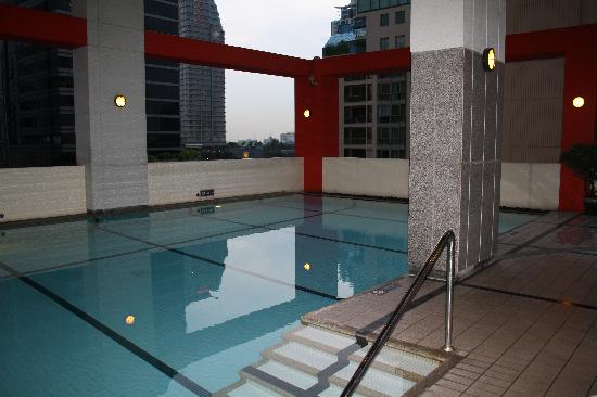 Bandara Suites Silom, Bangkok: Pool in our Block