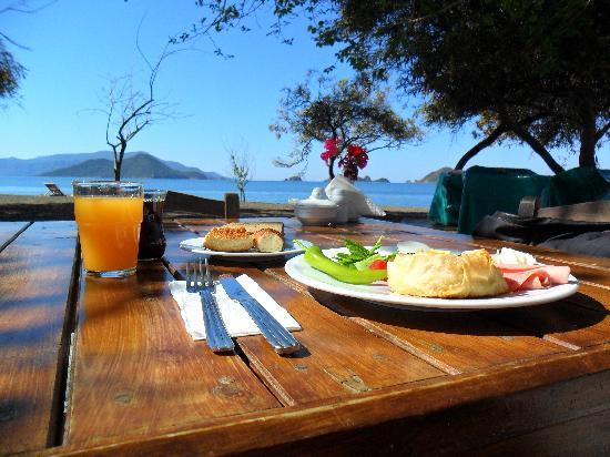 Yonca Lodge: breakfast on the beach
