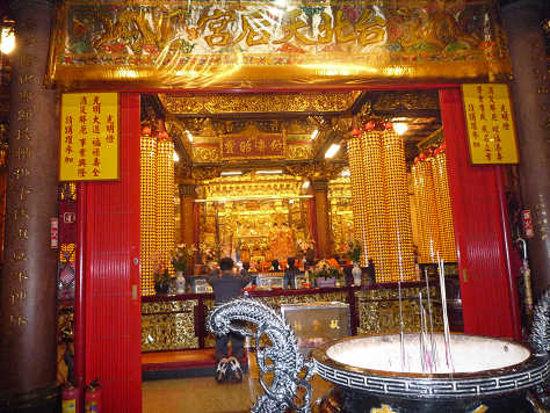 Tianhou Temple: 中は金ピカ