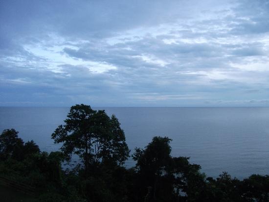 ดาไมบีชรีสอร์ท: View of the South China Sea from balcony/bed