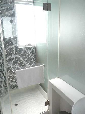Acesite Knutsford Hotel: シャワー室