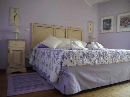 Sant' Antonio: One of the bedrooms of Le Rughe apartment
