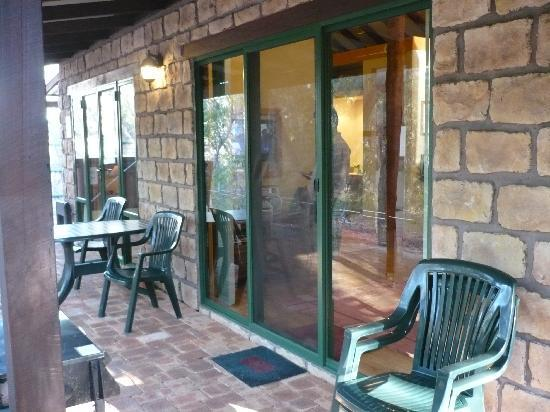 Yelverton Brook Eco Spa Retreat & Conservation Sanctuary: Fern Chalet Patio