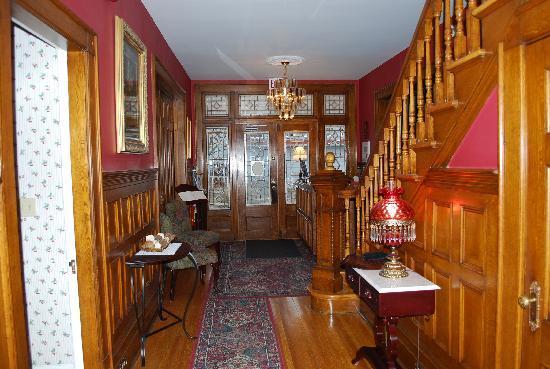 Antigonish Victorian Inn: Looking towards Inn's entry - love the woodwork