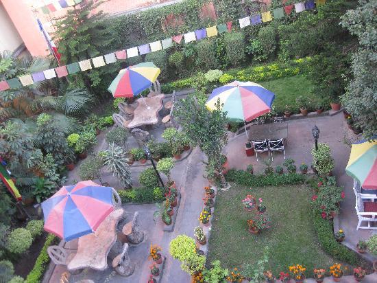 Hotel Ganesh Himal: patio del hotel