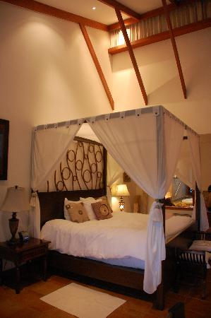 Tabacon Thermal Resort & Spa: Lovely bed - honeymoon suite