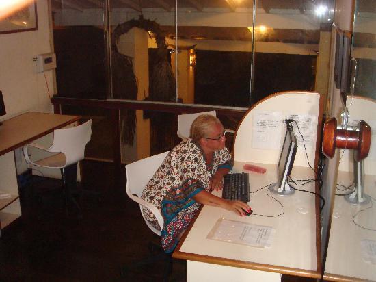 Mar Brasil Hotel : Colocando minhas fotos em um dos computadores disponíveis com internet grátis