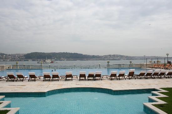 Çırağan Palace Kempinski İstanbul: piscine extérieure chauffée a débordement
