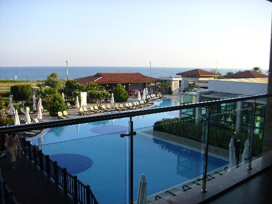Alba Royal Hotel: pool and beach view from the bar