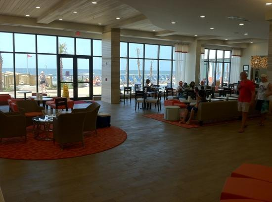 ‪هامبتون إن آند سويتس أورانج بيتش: Lobby with view of the Gulf of Mexico‬