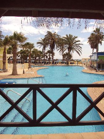 Mediterráneo Park: puente desde la piscina