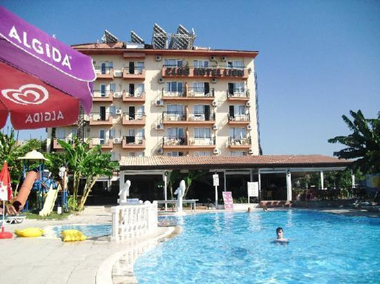 Club Hotel Lion: Pool and front of hotel