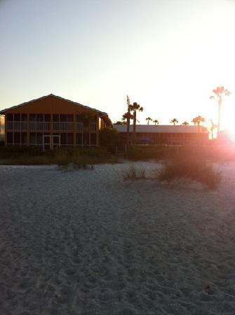 Silver Sands Gulf Beach Resort: Beachside view at sunrise