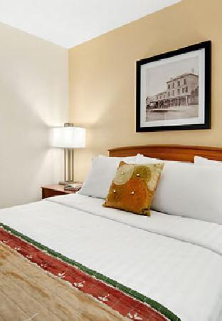 TownePlace Suites Milwaukee Brookfield: Guestroom