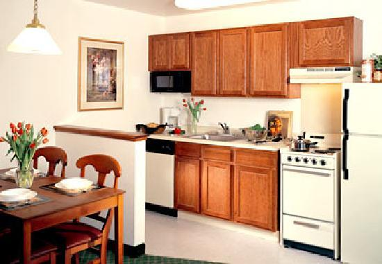 TownePlace Suites Milwaukee Brookfield: Kitchen