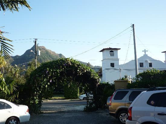 Anton Valley Hotel: los estacionamientos, aqui se ve la iglesia