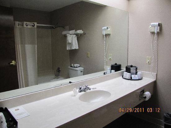 Best Western Inn At Coushatta: Huge bathroom