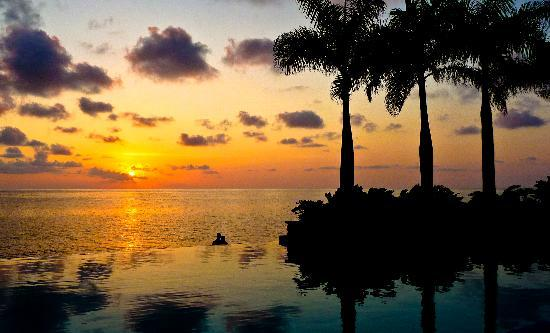 Round Hill Hotel & Villas: Sunset at the Infinity Pool