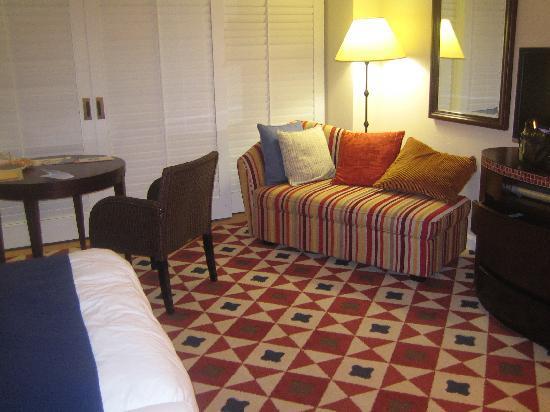 Hotel Nikko Alivila Yomitan Resort Okinawa: プレミアルームのカウチソファ