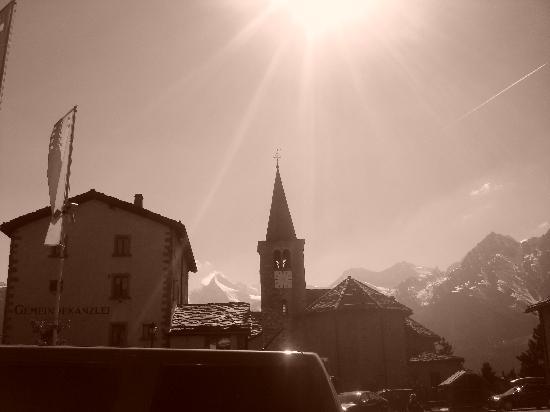 Matterhorn Valley Hotel Hannigalp: L'église sur la petite place