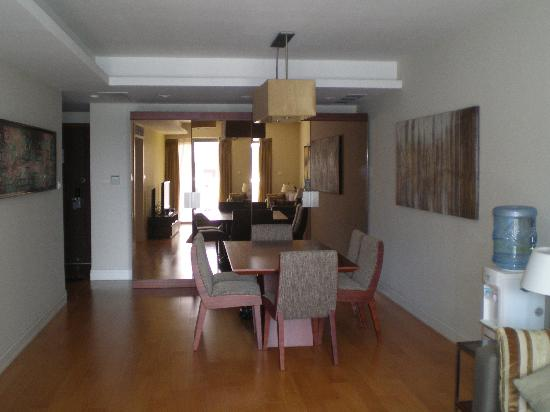 Shama Shanghai Xujiahui Serviced Apartment: The dining area connected to the living room