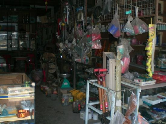 Sarawak, Malaisie : A shop selling sundry goods and hardware
