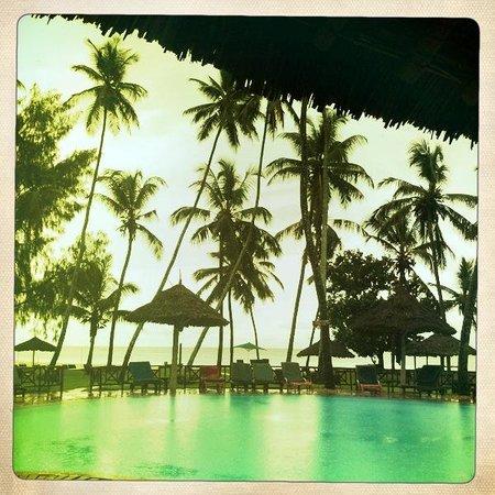 Galu Beach, Kenya: Hotel, piscine, tombée de la nuit splendide