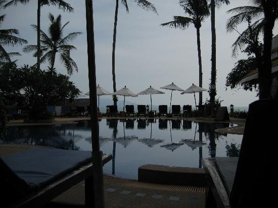 Lawana Resort: View from the resort over the pool towards the sea