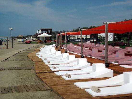 Rixos Premium Belek: Ein paar Liegen am Strand