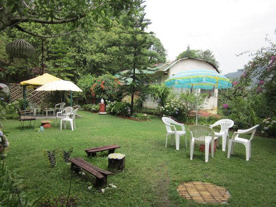 Moksha Retreat: garden