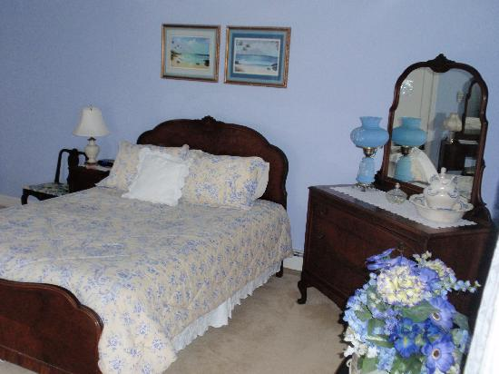 J. D. Thompson Inn Bed and Breakfast: Bedroom 7, decorated in yellow and blue