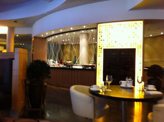 Filini Bar & Restaurant Hamburg Airport: Blick auf das Buffet. Hier wird das SuperBreakfast und der Brunch aufgebaut.
