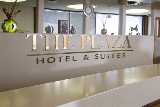 Plaza Hotel and Suites: Front Desk