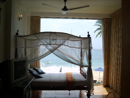 Amanda Beach Villa: Bedroom overlooking beach