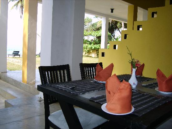 Amanda Beach Villa : Breakfast area with sea views