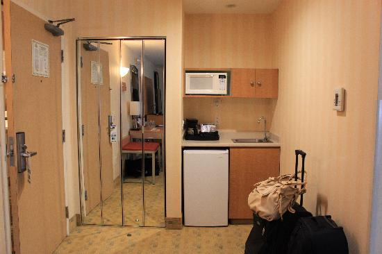 Holiday Inn Express Hotel & Suites Pacifica: The kitchenette area to the side of the living room
