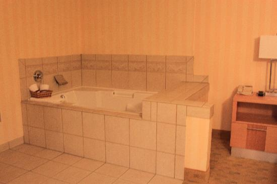 Holiday Inn Express Hotel & Suites Pacifica: Jacuzzi tub in bedroom