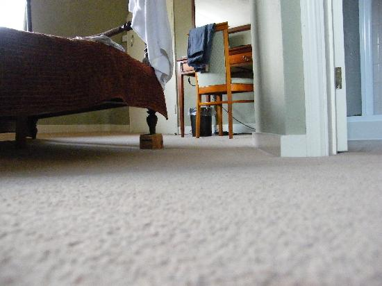 Longs Inn Hotel: Note the floor & bed block