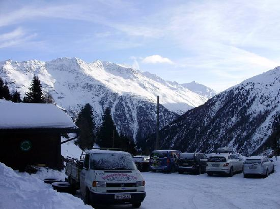 Hotel Alm-Ferienclub Silbertal: View from Carpark
