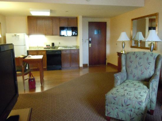 Homewood Suites by Hilton Reading: double bedded suite living room