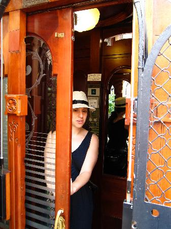 Hostal Oliva: Elevator car in building