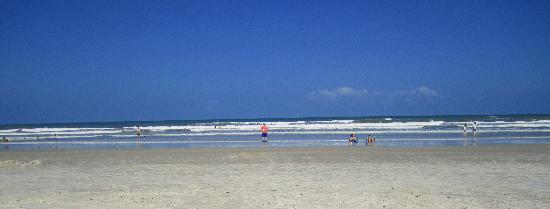 La Fiesta Ocean Inn & Suites: Beach a short stroll