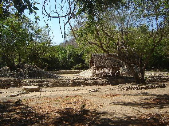 Bocana del Rio Copalita Archaeological Zone : Ball park at archaelogical zone -- losers were sacrificed!