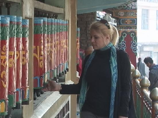 McLeod Ganj, Inde : Turning prayer wheels