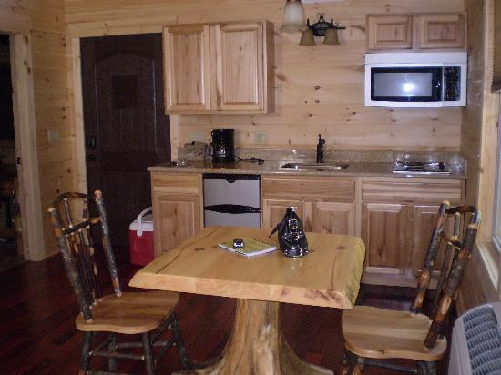 Amish Country Lodging: kitchen