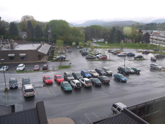 Hampton Inn Altoona: Our view was of the Cracker Barrel parking lot, but also of the mountains in the distance.