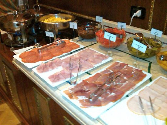 River Palace Hotel: Breakfast meats and eggs hot