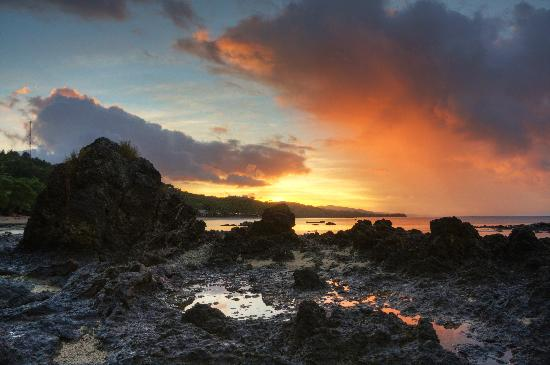 Fiji Hideaway Resort & Spa: Sunrise from the end of the beach